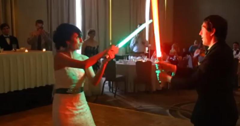 pour leur premi re danse de mariage ce couple fait un combat au sabre laser. Black Bedroom Furniture Sets. Home Design Ideas