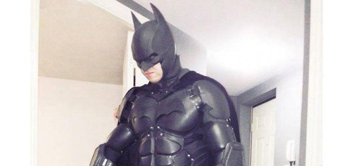 Il Imprime Un Costume De Batman Ultra Realiste En 3d