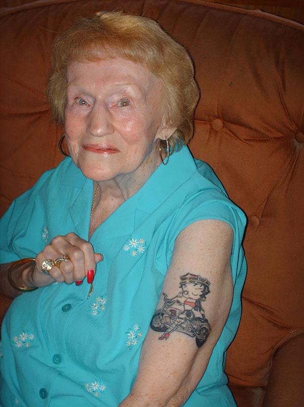 Ces seniors tatou s nous montrent comment vieillissent les for Tattoos on old saggy skin