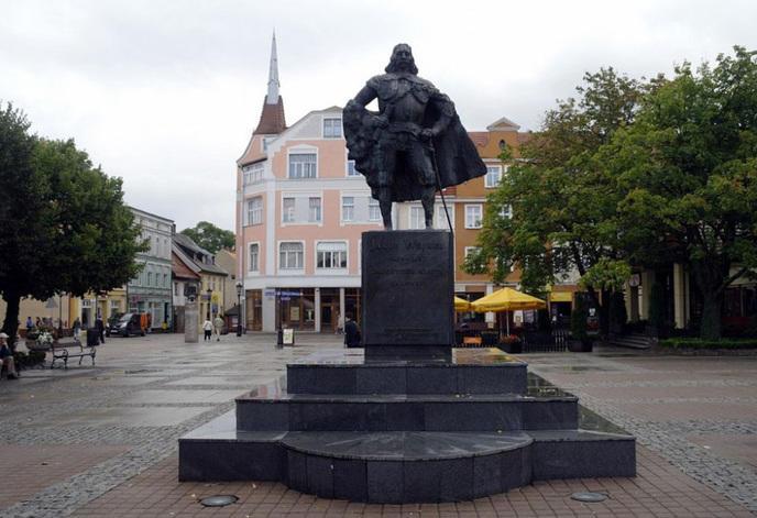 sdarth-vader-monument-jakub-wejher-wejherowo-poland-6.jpg