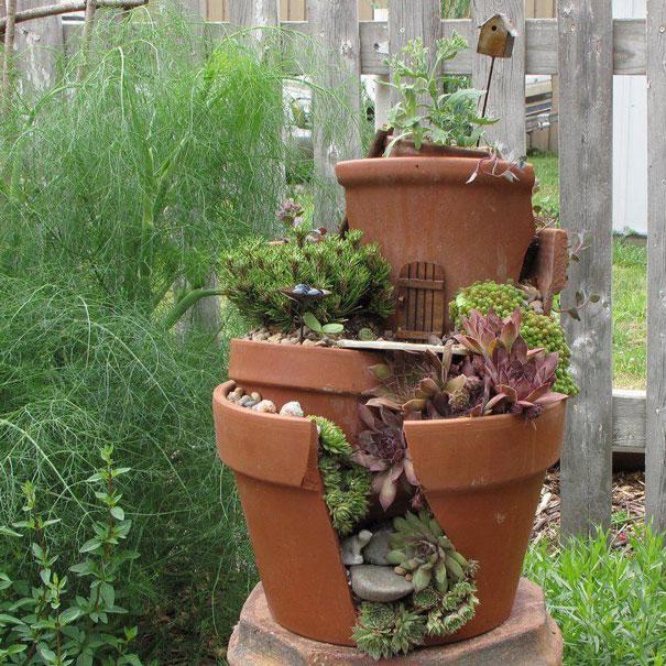 Recyclez vos pots de fleurs cassés en jardins miniatures
