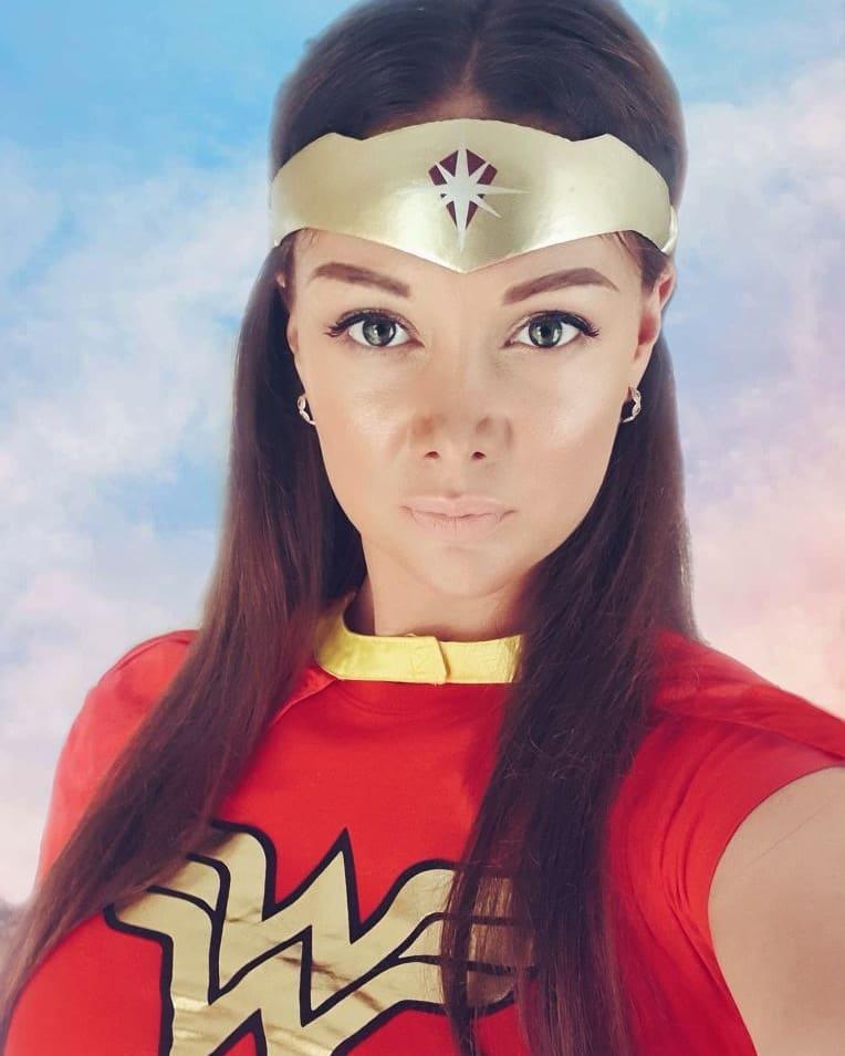 Koh Lanta Alexandra Qui Se Compare A Wonder Woman Repond A La Polemique De Ses Photos Instagram Jugees Trop Sexy