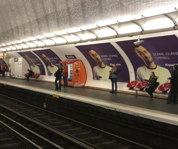 Squeezie s'affiche dans une station de métro pour narguer Cyprien